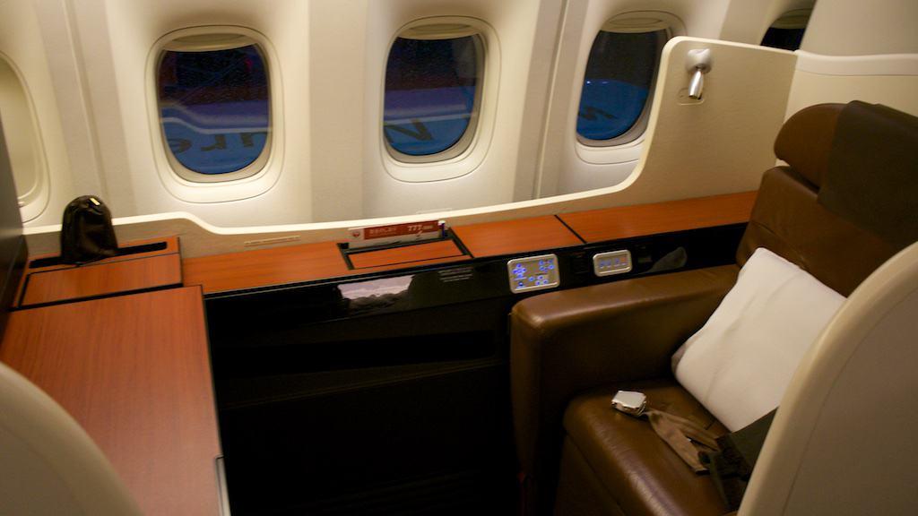 日航 777-300ER 靠窗的頭等艙座位,約佔用了 4 個窗戶,折算經濟艙空間約 10 個座位