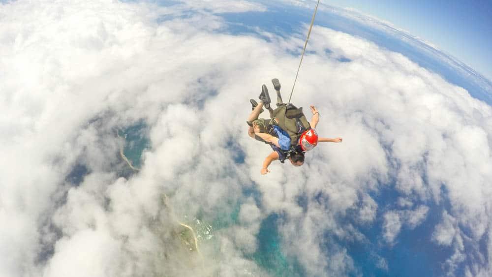 夏威夷高空跳傘俯瞰地球的那一分鐘會是研究生多年旅行中最特別的回憶(研究生的點數旅行筆記)